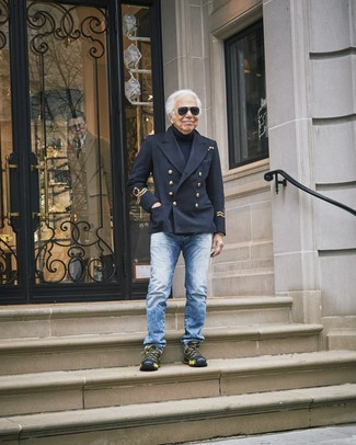 Wie kombinieren: schwarze Cabanjacke, dunkelblauer Rollkragenpullover, blaue Jeans, schwarze Sportschuhe
