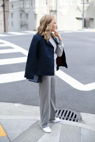 Dunkelblaue Cabanjacke kombinieren – 28 Damen Outfits: Mit dieser Paarung aus einer dunkelblauen Cabanjacke und einer grauen weiter Hose sind modische Frauen perfekt angezogen. Wenn Sie nicht durch und durch formal auftreten möchten, wählen Sie weißen Segeltuch niedrige Sneakers.