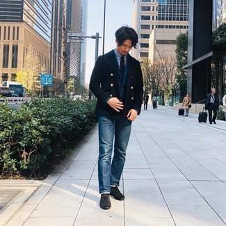 Schwarze Wildleder Oxford Schuhe kombinieren – 36 Herren Outfits: Kombinieren Sie eine dunkelblaue Cabanjacke mit blauen Jeans, um einen eleganten, aber nicht zu festlichen Look zu kreieren. Putzen Sie Ihr Outfit mit schwarzen Wildleder Oxford Schuhen.