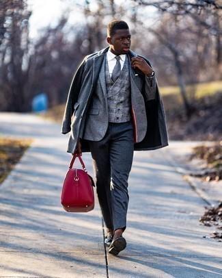 Weißes Einstecktuch kombinieren – 1200+ Herren Outfits: Eine graue Cabanjacke und ein weißes Einstecktuch sind das Outfit Ihrer Wahl für faule Tage. Fühlen Sie sich mutig? Entscheiden Sie sich für schwarzen Leder Slipper mit Quasten.