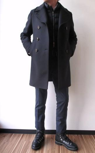Wie kombinieren: schwarze Cabanjacke, schwarze gesteppte ärmellose Jacke, schwarze Anzughose, schwarze hohe Sneakers aus Leder