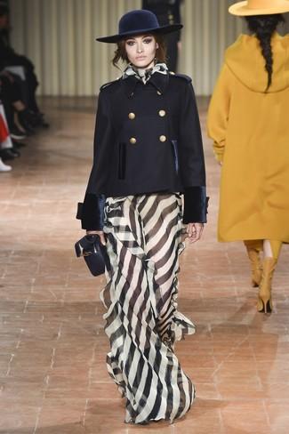 schwarze Cabanjacke, schwarzes und weißes vertikal gestreiftes Ballkleid, schwarze Leder Umhängetasche, dunkelblauer Wollhut für Damen