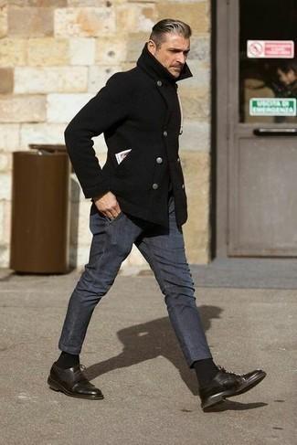 Dunkelgraue Chinohose kombinieren – 1200+ Herren Outfits: Vereinigen Sie eine schwarze Cabanjacke mit einer dunkelgrauen Chinohose, um einen eleganten, aber nicht zu festlichen Look zu kreieren. Fügen Sie dunkelbraunen Leder Oxford Schuhe für ein unmittelbares Style-Upgrade zu Ihrem Look hinzu.