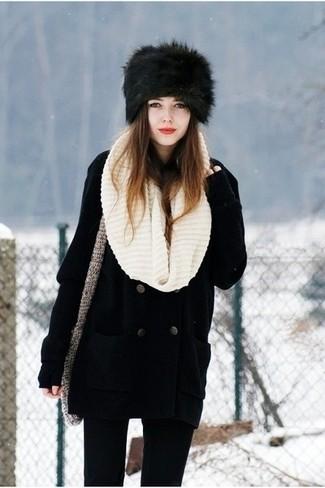 Wie kombinieren: schwarze Cabanjacke, schwarze enge Jeans, schwarze Pelzkappe, hellbeige Strick Schal