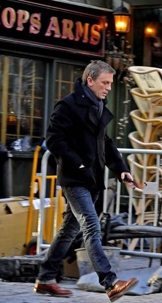 Daniel Craig trägt Schwarze Cabanjacke, Dunkelgraue Jeans, Braune Brogue Stiefel aus Leder, Dunkelgrauer Schal