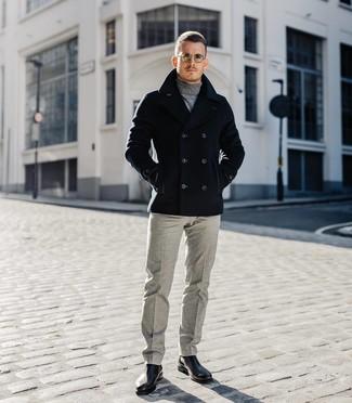 Wie kombinieren: schwarze Cabanjacke, grauer Rollkragenpullover, graue Wollanzughose, schwarze Chelsea-Stiefel aus Leder