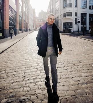 Wie kombinieren: schwarze Cabanjacke, grauer Wollrollkragenpullover, graue Wollanzughose, schwarze Chelsea-Stiefel aus Leder