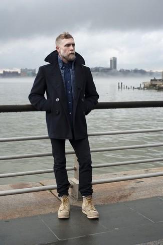 Wie kombinieren: schwarze Cabanjacke, dunkelblaue Strick Strickjacke, dunkelblaues Jeanshemd, schwarze enge Jeans