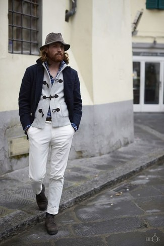 Dunkelblaues und grünes Langarmhemd mit Schottenmuster kombinieren – 246 Herren Outfits: Paaren Sie ein dunkelblaues und grünes Langarmhemd mit Schottenmuster mit einer weißen Chinohose, um mühelos alles zu meistern, was auch immer der Tag bringen mag. Fühlen Sie sich mutig? Komplettieren Sie Ihr Outfit mit dunkelbraunen Leder Derby Schuhen.