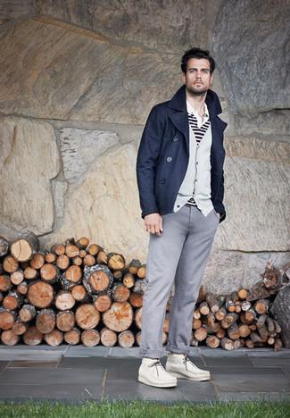 Wie kombinieren: dunkelblaue Cabanjacke, graue Strickjacke, weißes und schwarzes horizontal gestreiftes Polohemd, graue Chinohose