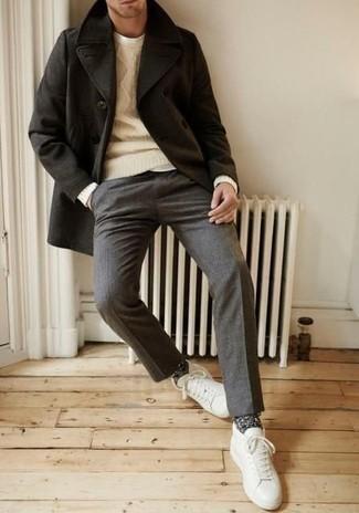 Herren Outfits & Modetrends 2020 für kühl Wetter: Erwägen Sie das Tragen von einer schwarzen Cabanjacke und einer grauen Wollanzughose für eine klassischen und verfeinerte Silhouette. Fühlen Sie sich mutig? Entscheiden Sie sich für weißen Leder niedrige Sneakers.