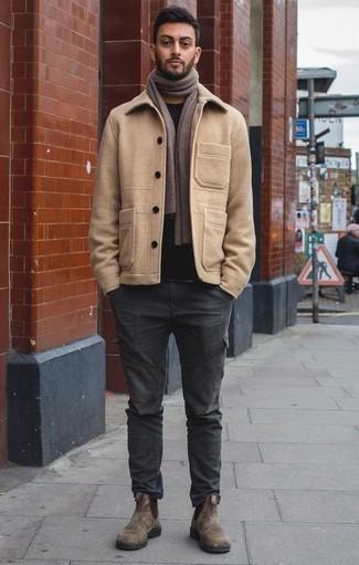 Braune Chelsea Boots aus Wildleder kombinieren: trends 2020: Kombinieren Sie eine beige Cabanjacke mit einer dunkelgrauen Cargohose für Ihren Bürojob. Ergänzen Sie Ihr Outfit mit braunen Chelsea Boots aus Wildleder, um Ihr Modebewusstsein zu zeigen.