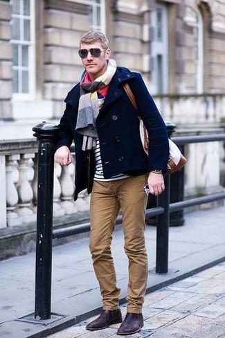 Wie kombinieren: dunkelblaue Cabanjacke, weißes und dunkelblaues horizontal gestreiftes T-Shirt mit einem Rundhalsausschnitt, braune Chinohose, dunkelbraune Chelsea-Stiefel aus Leder