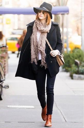 Wie kombinieren: schwarze Cabanjacke, weißes T-Shirt mit einem Rundhalsausschnitt, schwarze enge Jeans, rotbraune Chelsea-Stiefel aus Leder