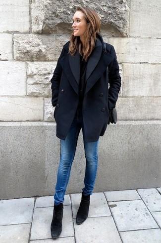 Wie kombinieren: dunkelblaue Cabanjacke, schwarzes T-Shirt mit einem Rundhalsausschnitt, blaue enge Jeans, schwarze Wildleder Stiefeletten