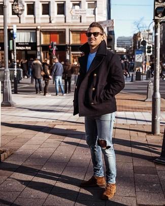 Wie kombinieren: schwarze Cabanjacke, weißes T-Shirt mit einem Rundhalsausschnitt, hellblaue enge Jeans mit Destroyed-Effekten, braune Chukka-Stiefel aus Wildleder