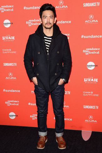 Wie kombinieren: schwarze Cabanjacke, weißes und schwarzes horizontal gestreiftes T-Shirt mit einem Rundhalsausschnitt, schwarze Jeans, rotbraune Lederfreizeitstiefel