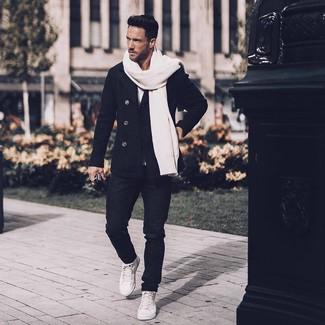 Wie kombinieren: schwarze Cabanjacke, weißes T-Shirt mit einem Rundhalsausschnitt, schwarze Jeans, weiße hohe Sneakers aus Leder