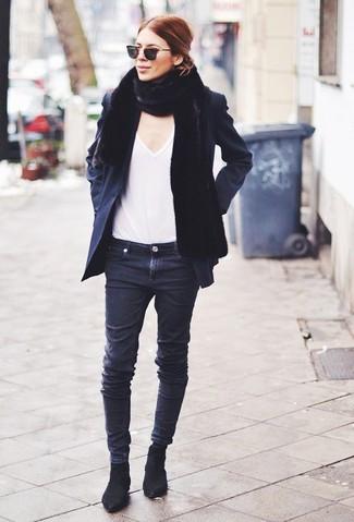 schwarze Cabanjacke, weißes T-Shirt mit einem V-Ausschnitt, schwarze enge Jeans, schwarze Chelsea-Stiefel aus Wildleder für Damen
