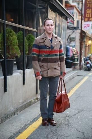 Rotbraune Shopper Tasche aus Leder kombinieren: trends 2020: Erwägen Sie das Tragen von einer beige Cabanjacke und einer rotbraunen Shopper Tasche aus Leder für einen entspannten Wochenend-Look. Komplettieren Sie Ihr Outfit mit dunkelroten Leder Derby Schuhen, um Ihr Modebewusstsein zu zeigen.