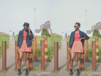 Wie kombinieren: dunkelblaue Cabanjacke, rotes Trägershirt, orange Skaterrock, schwarze flache Stiefel mit einer Schnürung aus Leder