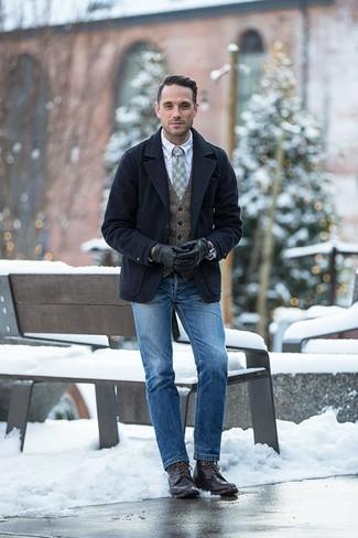 Dunkelbraune Lederfreizeitstiefel kombinieren: trends 2020: Erwägen Sie das Tragen von einer dunkelblauen Cabanjacke und blauen Jeans, um einen eleganten, aber nicht zu festlichen Look zu kreieren. Ergänzen Sie Ihr Look mit einer dunkelbraunen Lederfreizeitstiefeln.