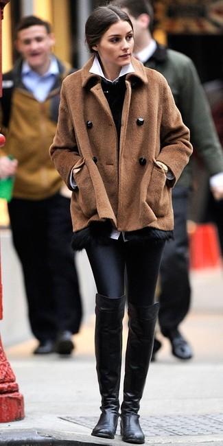 Olivia Palermo trägt braune Cabanjacke, schwarze Pelzweste, weißes Businesshemd, schwarze Lederleggings