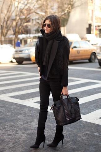 Wie kombinieren: schwarze Cabanjacke, schwarze Pelzweste, dunkelblaues Langarmshirt, schwarze enge Jeans