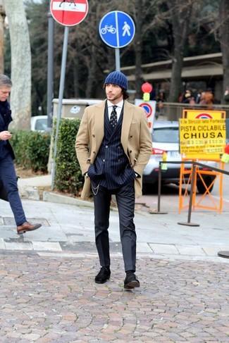 Wie kombinieren: beige Cabanjacke, dunkelblaues vertikal gestreiftes Zweireiher-Sakko, weißes Businesshemd, dunkelblaue Anzughose