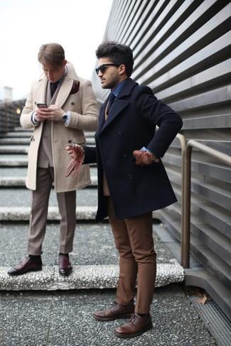 Wie kombinieren: schwarze Cabanjacke, beige Wollzweireiher-sakko, blaues Jeanshemd, braune Anzughose