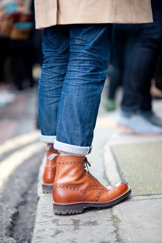 Paaren Sie einen camel Mantel mit blauen Jeans für Drinks nach der Arbeit. Ergänzen Sie Ihr Look mit braunen brogue stiefeln aus leder.