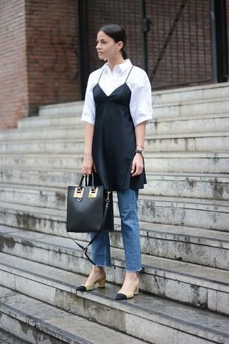 Wie kombinieren: schwarzes Camisole-Kleid aus Seide, weißes Kurzarmhemd, blaue Jeans, schwarze und gelbbraune Leder Pumps