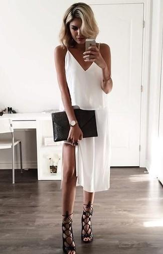Entscheiden Sie sich für ein weißes camisole-kleid und Sie werden wie ein richtiges Babe aussehen. Schwarze römersandalen aus leder verleihen einem klassischen Look eine neue Dimension.