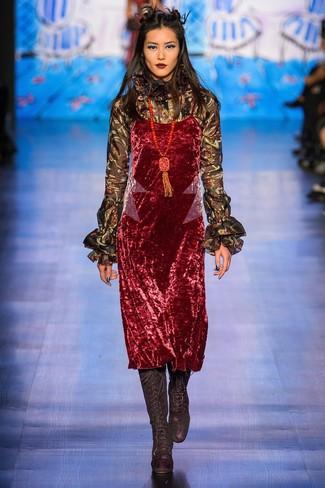 rotes Camisole-Kleid aus Samt, schwarze Langarmbluse mit Rüschen, schwarze kniehohe Stiefel aus Wildleder, roter verziert mit Perlen Anhänger für Damen