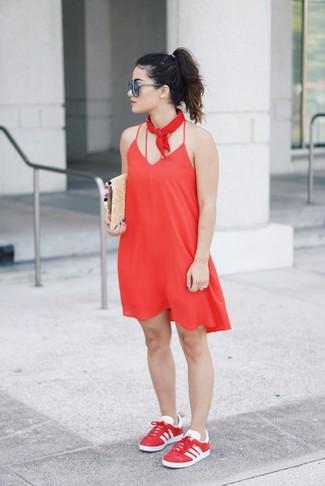 Wie kombinieren: rotes Camisole-Kleid, rote niedrige Sneakers, beige Stroh Clutch, roter Bandana