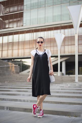 3d9b0a22f63a Wie kombinieren  schwarzes Camisole-Kleid aus Seide, weißes T-Shirt mit  einem