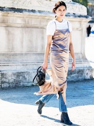 Dunkelblaue Jeans Stiefeletten kombinieren: Wahlen Sie ein goldenes Camisole-Kleid und blauen Jeans für ein bequemes Outfit. Komplettieren Sie Ihr Outfit mit dunkelblauen Jeans Stiefeletten.