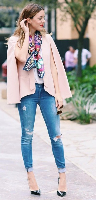 Schwarze Leder Pumps kombinieren: trends 2020: Kombinieren Sie ein rosa Cape-Blazer mit blauen engen Jeans mit Destroyed-Effekten - mehr brauchen Sie nicht, um ein legeres Outfit zu zaubern. Schwarze Leder Pumps sind eine gute Wahl, um dieses Outfit zu vervollständigen.