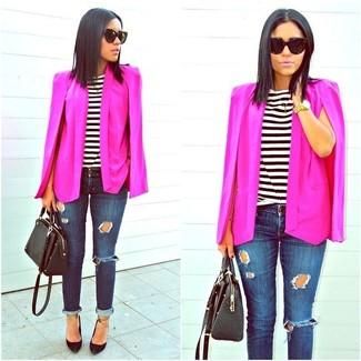 Schwarze Leder Pumps kombinieren: trends 2020: Wenn Sie nach dem perfekten lockeres Outfit suchen, wahlen Sie ein fuchsia Cape-Blazer und dunkelblauen enge Jeans mit Destroyed-Effekten. Ergänzen Sie Ihr Look mit schwarzen Leder Pumps.