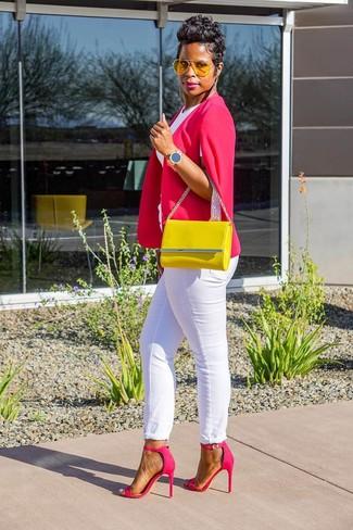 Wie kombinieren: fuchsia Cape-Blazer, weißes T-Shirt mit einem Rundhalsausschnitt, weiße Jeans, fuchsia Leder Sandaletten