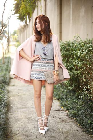 Fuchsia Cape-Blazer kombinieren: Möchten Sie ein auffälliges, lässiges Outfit erreichen, ist diese Kombi aus einem fuchsia Cape-Blazer und einem grauen Minirock mit geometrischem Muster ganz hervorragend. Weiße Leder Sandaletten sind eine perfekte Wahl, um dieses Outfit zu vervollständigen.