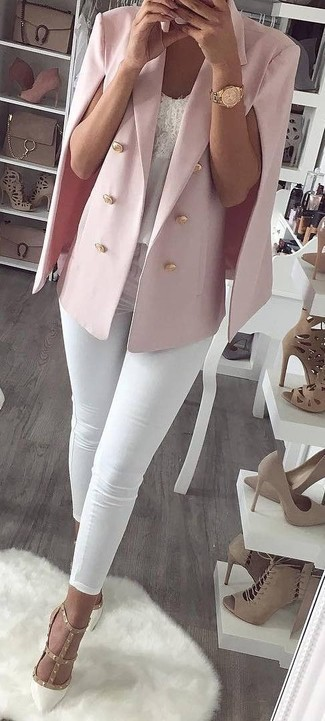 Fuchsia Cape-Blazer kombinieren: trends 2020: Wahlen Sie ein fuchsia Cape-Blazer und weißen enge Jeans, um ein super lässiges aber stylisches Outfit zu zaubern. Weiße beschlagene Leder Pumps sind eine gute Wahl, um dieses Outfit zu vervollständigen.