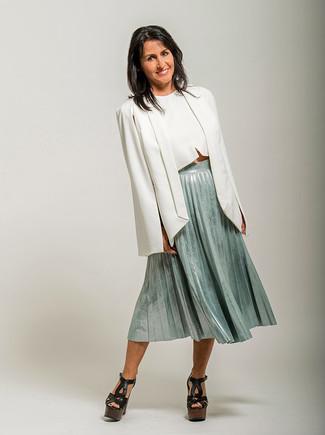 Wie kombinieren: weißes Cape-Blazer, weißes kurzes Oberteil, mintgrüner Midirock mit Falten, schwarze klobige Leder Sandaletten