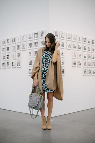 Welche Cape Mäntel mit hellbeige Stiefeletten zu tragen: trends 2020: Erwägen Sie das Tragen von einem Cape Mantel und einem grauen gerade geschnittenem Kleid mit Leopardenmuster, um ein modisches, legeres Outfit zu zaubern. Hellbeige Stiefeletten sind eine ideale Wahl, um dieses Outfit zu vervollständigen.