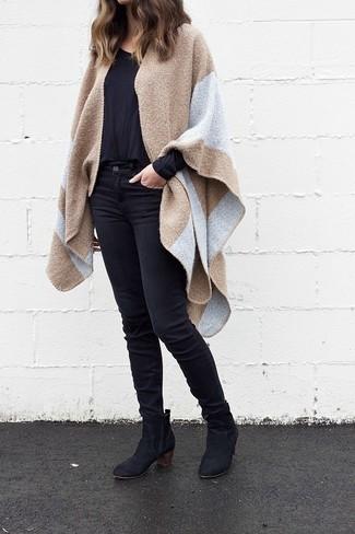 Schwarzes Langarmshirt kombinieren – 184 Damen Outfits: Um ein stylisches, lässiges Outfit zu erreichen, sind ein schwarzes Langarmshirt und schwarze enge Jeans ganz perfekt geeignet. Schwarze Wildleder Stiefeletten sind eine gute Wahl, um dieses Outfit zu vervollständigen.
