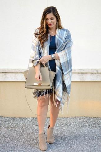 Wie kombinieren: blauer Cape Mantel mit Schottenmuster, dunkelblaues Freizeitkleid, hellbeige Wildleder Stiefeletten, hellbeige Satchel-Tasche aus Leder