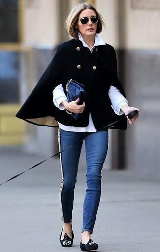 Olivia Palermo trägt Schwarzer Cape Mantel, Weißes Businesshemd, Dunkelblaue Enge Jeans, Schwarze verzierte Wildleder Slipper