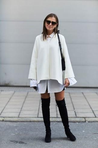 Wie kombinieren: weißer Cape Mantel, weißes Businesshemd, schwarzer Minirock, schwarze Overknee Stiefel aus Wildleder