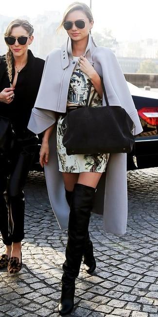 Miranda Kerr trägt Grauer Cape Mantel, Hellbeige bedrucktes Etuikleid, Schwarze Overknee Stiefel aus Wildleder, Schwarze Shopper Tasche aus Wildleder