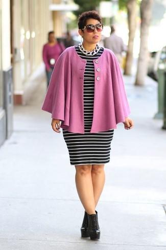 Rosa Cape Mantel kombinieren: trends 2020: Probieren Sie diese Kombi aus einem rosa Cape Mantel und einem schwarzen und weißen horizontal gestreiften figurbetontem Kleid, umeinen modernen Alltags-Look zu erzeugen, der im Kleiderschrank der Frau nicht fehlen darf. Vervollständigen Sie Ihr Look mit schwarzen Schnürstiefeletten aus Leder.